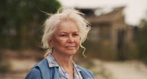 Old Hagar (Ellyn Burstyn) at 94 years old, dying of cancer reminisces on her life